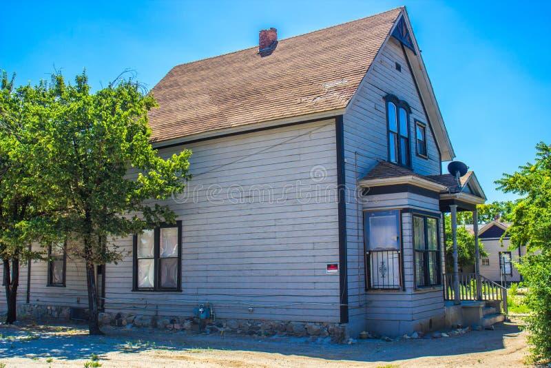 Покинутый дом 2 рассказов стоковая фотография
