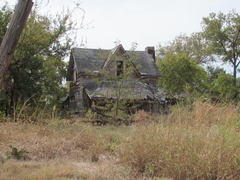 Покинутый дом фермы в стране холма Техаса стоковое изображение