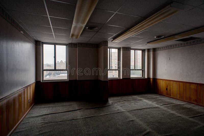 Покинутый офис - покинутое здание фитиля - Youngstown, Огайо стоковые изображения rf