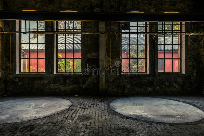Покинутый промышленный интерьер с ярким светом стоковые изображения