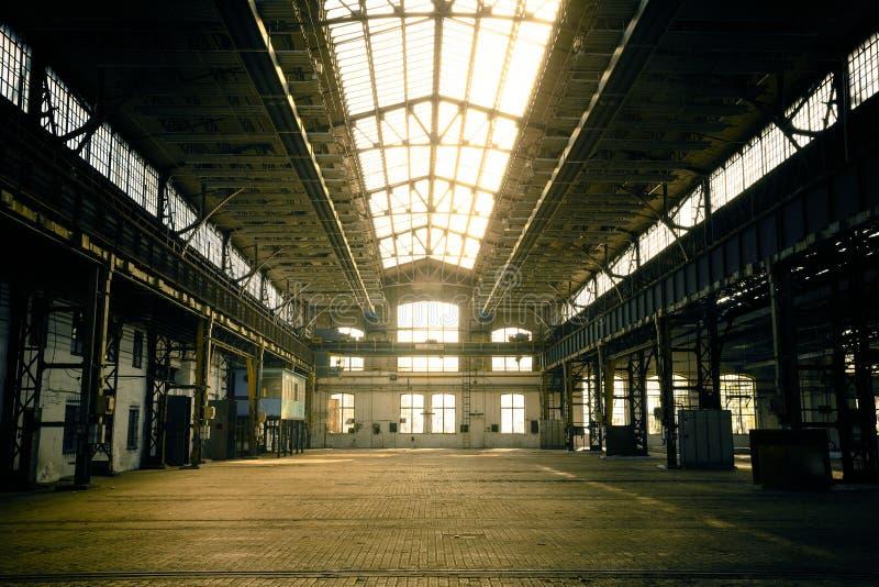Покинутый промышленный интерьер с ярким светом стоковые фотографии rf
