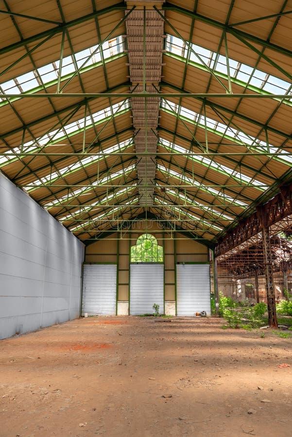 Покинутый промышленный интерьер с ярким светом стоковая фотография rf
