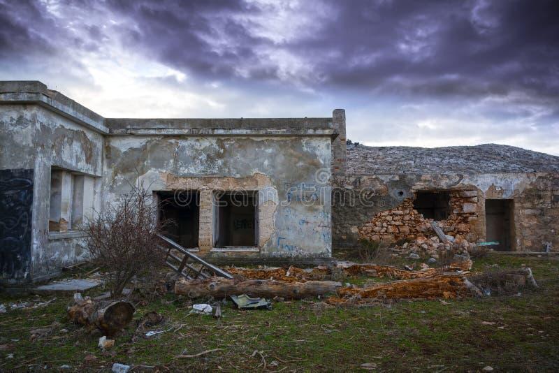Покинутый пугающий дом стоковое фото rf