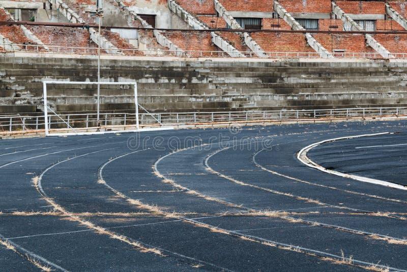 Покинутый пустой разрушенный стадион стоковые фото
