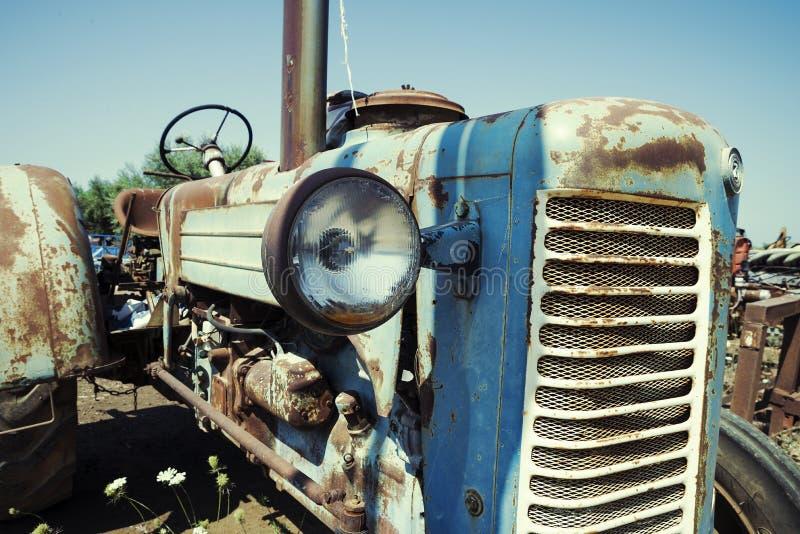 Покинутый ржавый винтажный трактор стоковые изображения rf