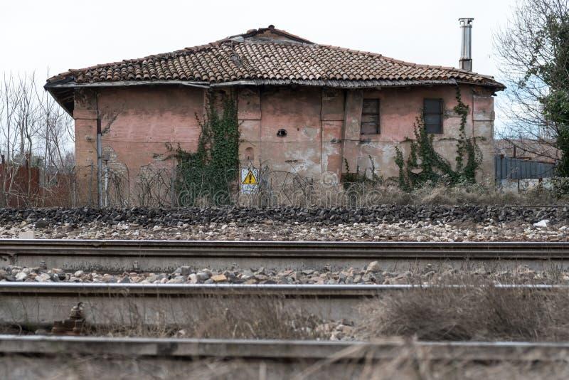 Покинутый сельский дом около железной дороги стоковые изображения
