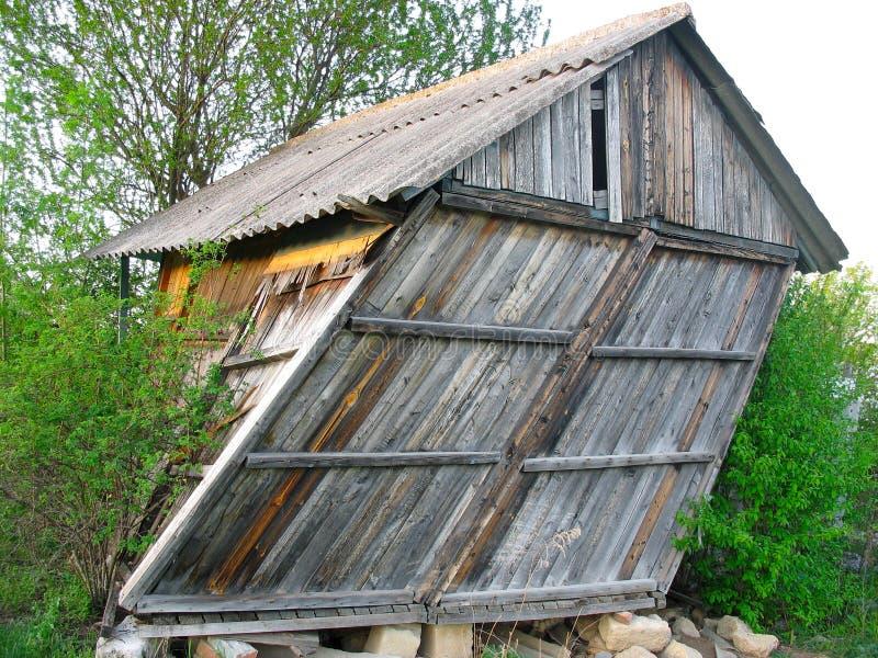 Покинутый старый деревянный малый изогнутый дом стоковые изображения rf