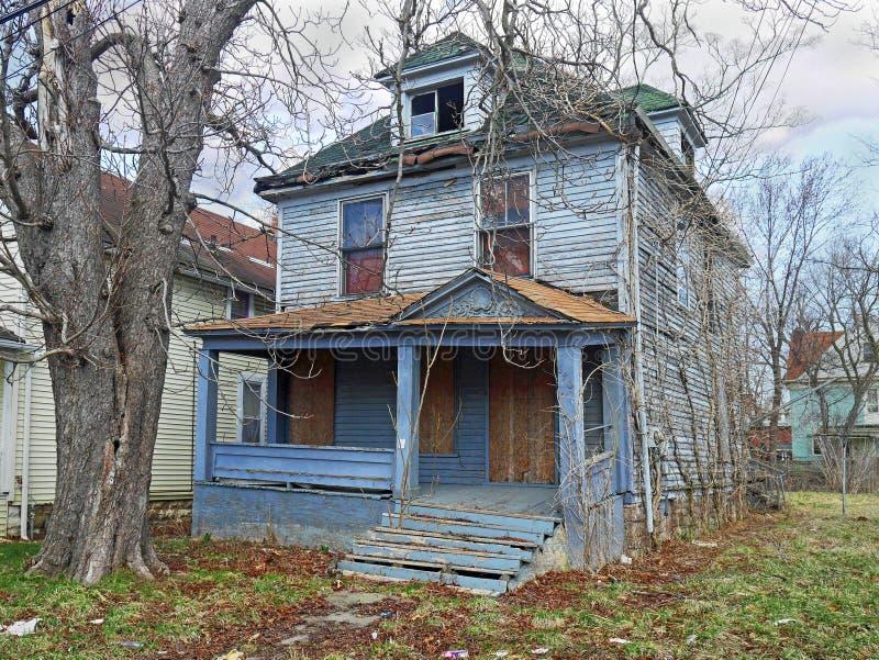 Покинутый старый дом стоковые изображения