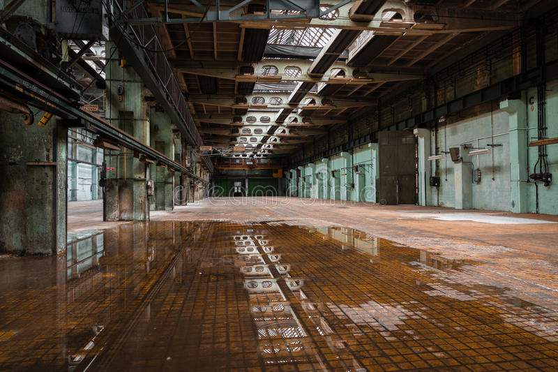Покинутый старый интерьер станции ремонта корабля стоковое изображение rf