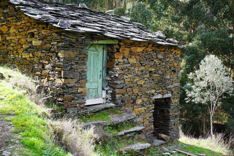 Покинутый старый дом сланца стоковая фотография
