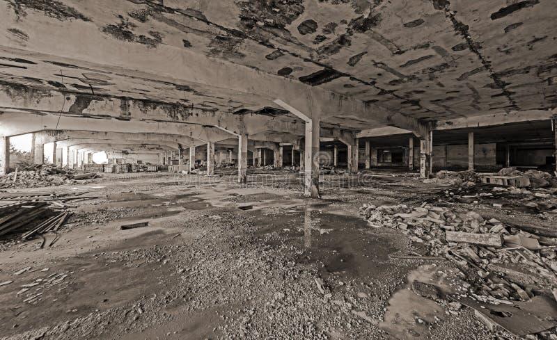 покинутый строить промышленный Разрушенный интерьер стоковые фотографии rf