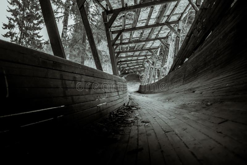 Покинутый след санного спорта snakes он путь ` s через лес стоковая фотография rf