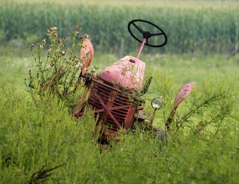 покинутый трактор стоковая фотография rf