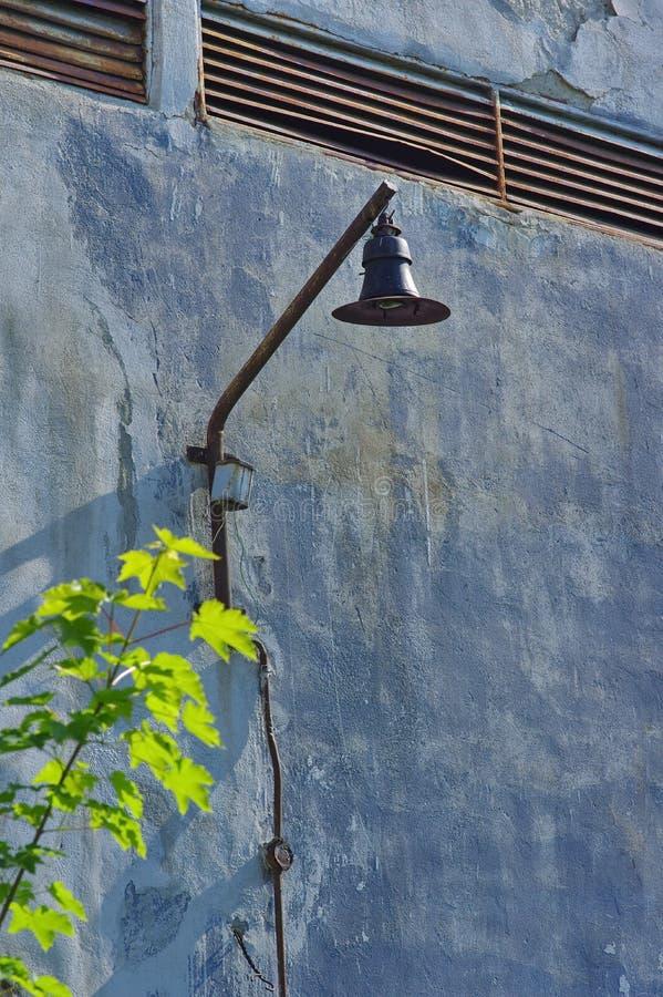 Покинутый фонарик фабрики стоковые изображения