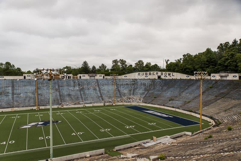 Покинутый футбольный стадион - резиновый шар - Akron промелькивает - Akron, Огайо стоковые изображения