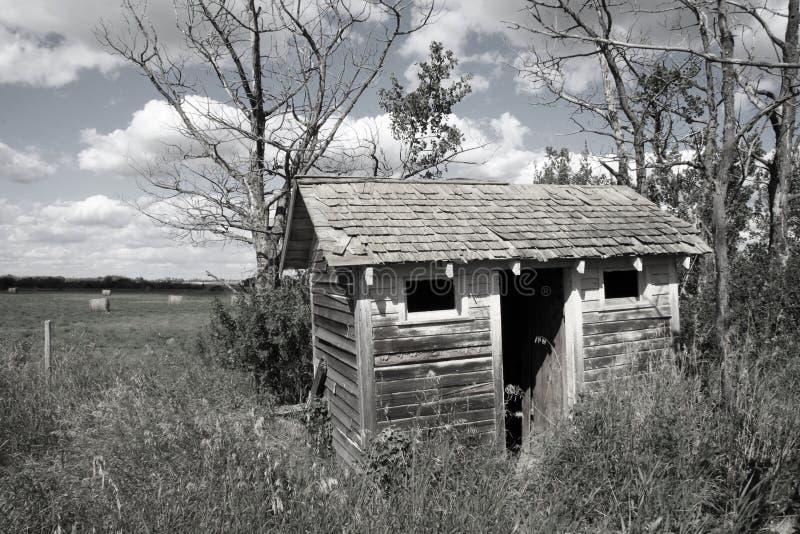 покинутый outhouse стоковые фото