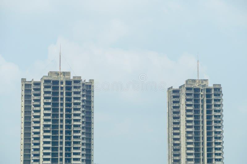 2 покинутых здания с предпосылкой голубого неба стоковое изображение rf