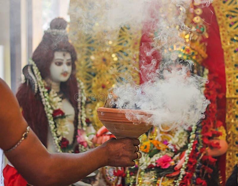 Поклонение индийского puja durga dhunichi dhuno dhoop идола богини бога с культурой индейца chobra narkel стоковая фотография rf
