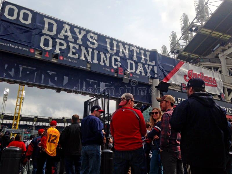 Поклонники бейсбола кливлендских индейцев вписывают поле Progresive на день открытия в Кливленд, Огайо, США стоковое изображение