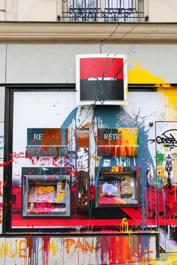 Покрасьте брошенный на банк Парижа в протесте к французу loi de страданиям ( Работайте Law) стоковые фото