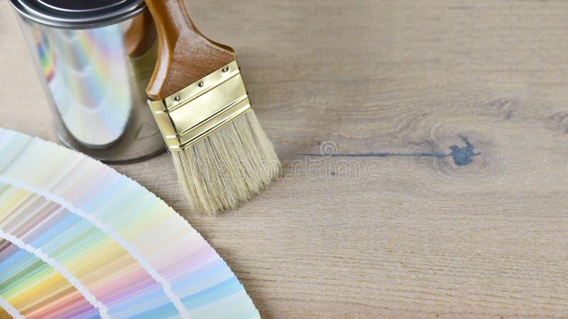 Покрасьте ведро с кистью, цветом палитры стоковое фото rf