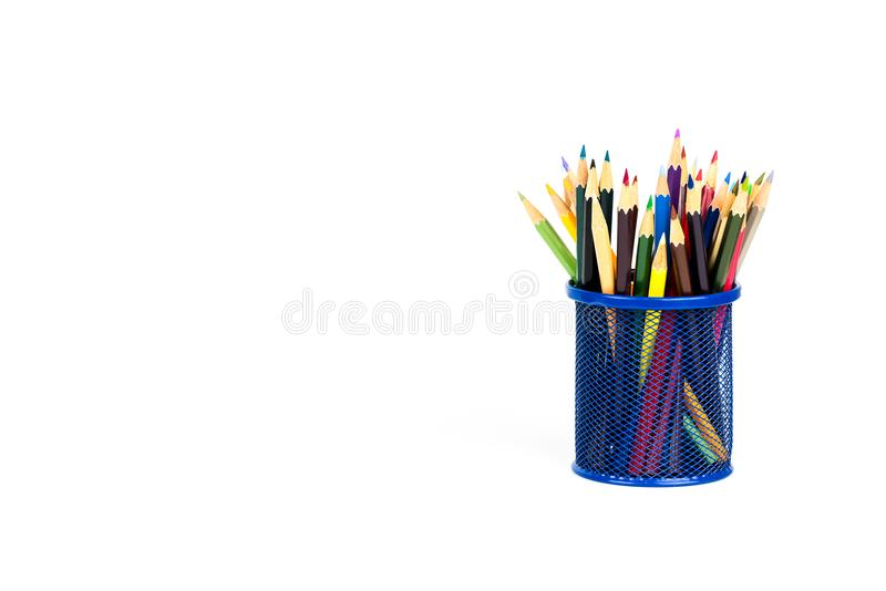 Покрасьте карандаши в коробке карандаша на белой предпосылке стоковая фотография rf