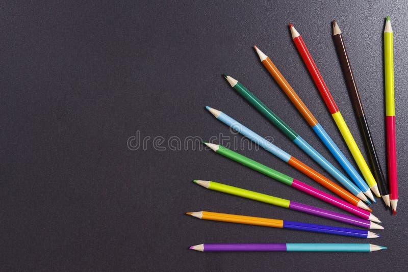 Покрасьте карандаши дуйте на черной предпосылке с открытым космосом белизна пятна краски маски принципиальной схемы черноты предп стоковые изображения