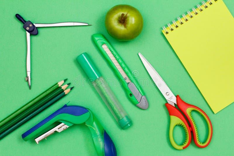 Покрасьте карандаши, компас, сшиватель, ручку войлок-подсказки, бумажный нож, appl стоковые фото