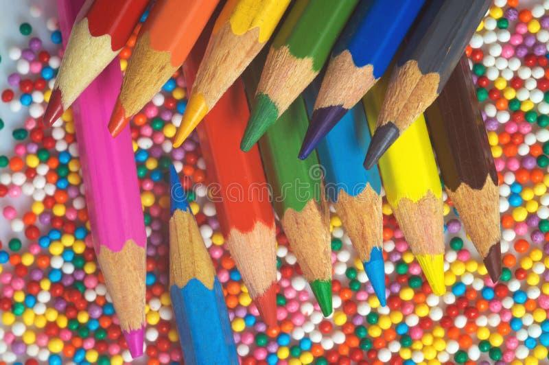 Покрасьте карандаши на предпосылке конца-вверх шариков текстуры пестротканого Установите для творческих способностей и развития ` стоковые фотографии rf