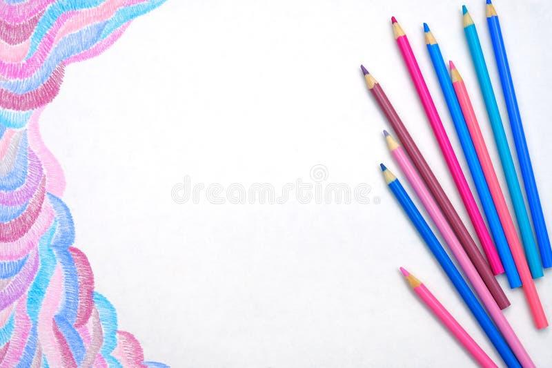 Покрасьте карандаши на белой предпосылке с абстрактным изображением стоковые изображения rf