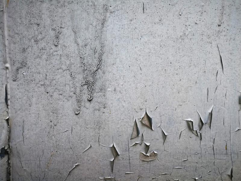 Покрасьте падения и отказы на деревянной двери стоковые фотографии rf