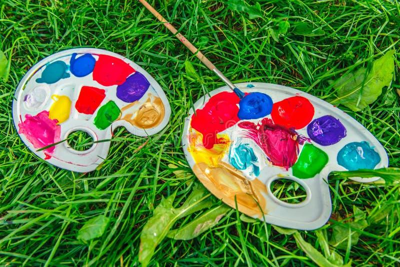Покрасьте палитру на траве стоковые фото