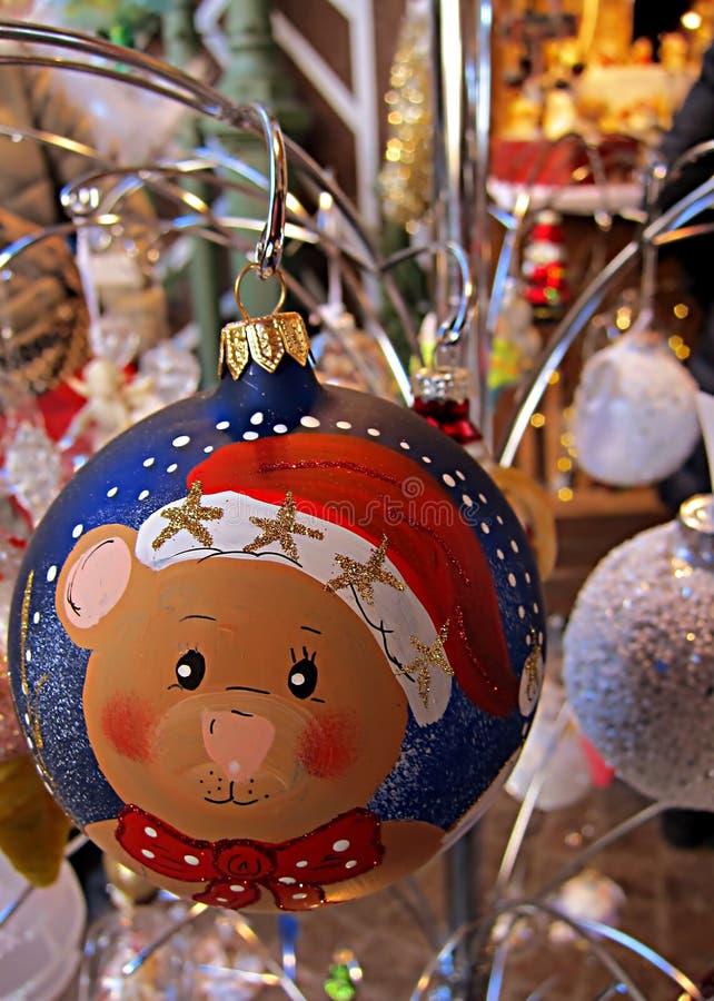 Покрашенная безделушка рождества стеклянная, симпатичный плюшевый медвежонок, вися дальше стоковые изображения
