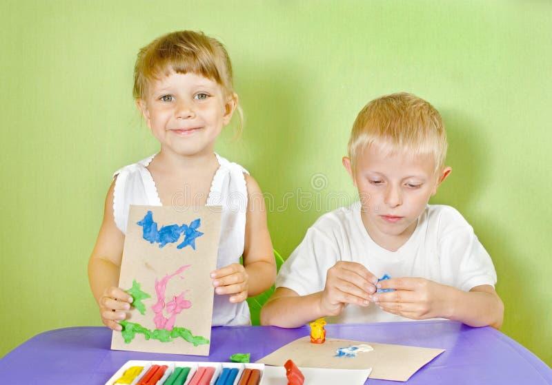 покрашенная глина детей отлитой в форму стоковое изображение
