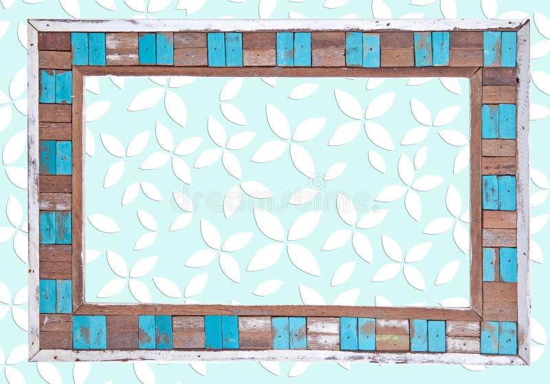 Покрашенная деревянная рамка над предпосылкой листьев стоковые изображения rf