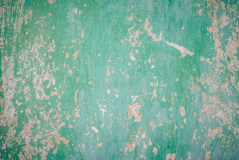 покрашенная зеленая стена треснула краску Текстура старой стены стоковые фотографии rf