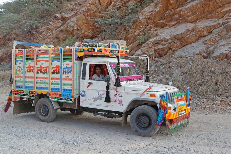 Покрашенная и покрашенная тележка на дорогах Раджастхана стоковые фото