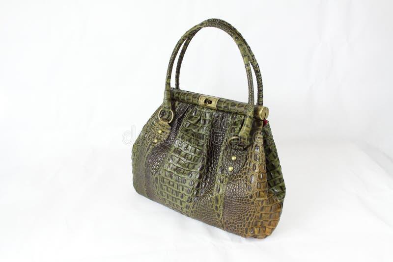 покрашенная коричневым цветом кожа сумки зеленого цвета крокодила стоковая фотография rf