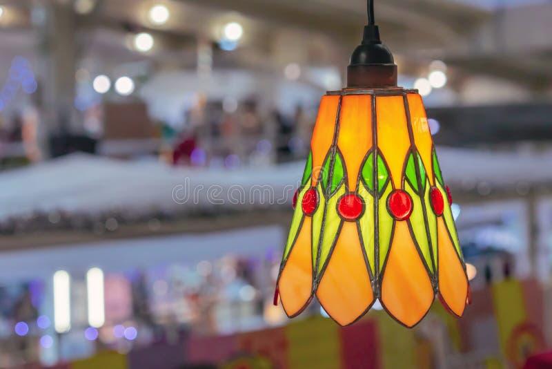 Покрашенная лампа цветного стекла в интерьере стоковые фотографии rf