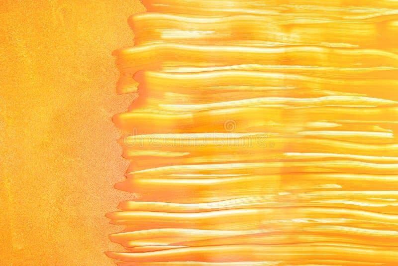 Покрашенная оранжевая стена роликом краски с горизонтальной кистью стоковые изображения rf