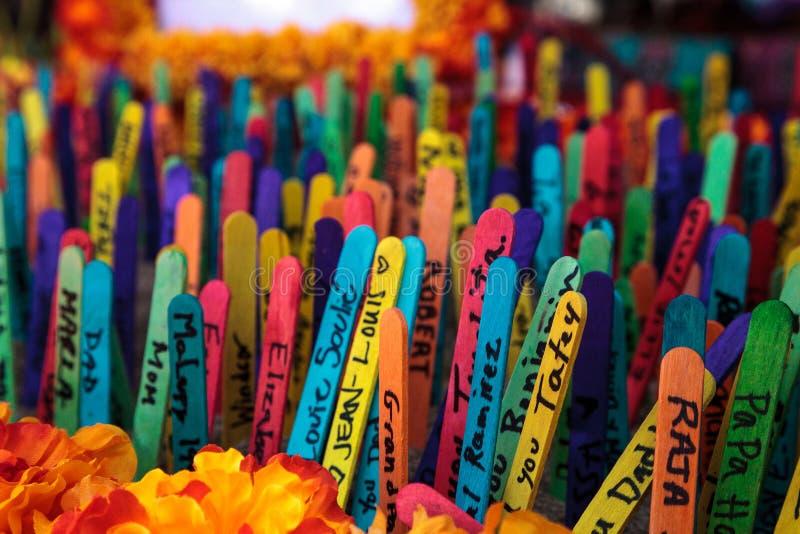 Покрашенная предпосылка ручки popsicle при имена написанные на их стоковое фото rf