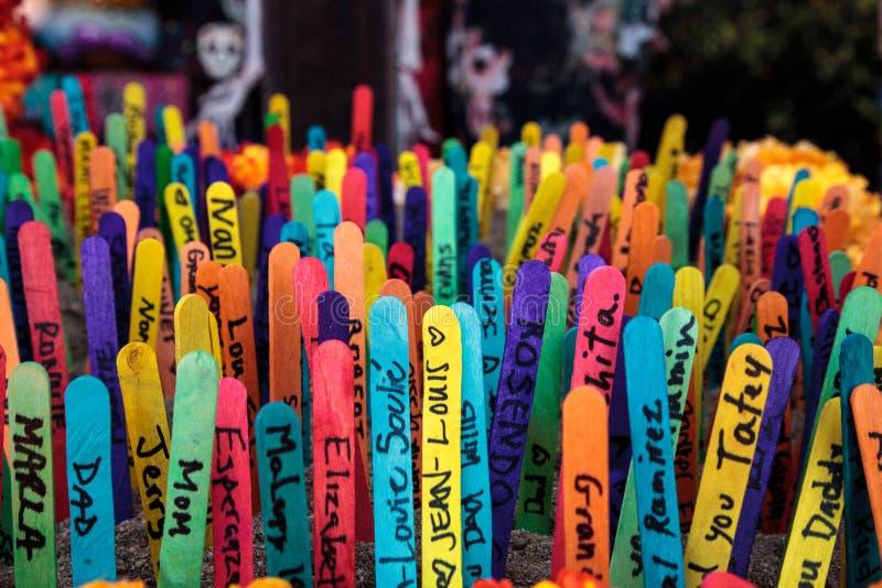 Покрашенная предпосылка ручки popsicle при имена написанные на их стоковое изображение rf