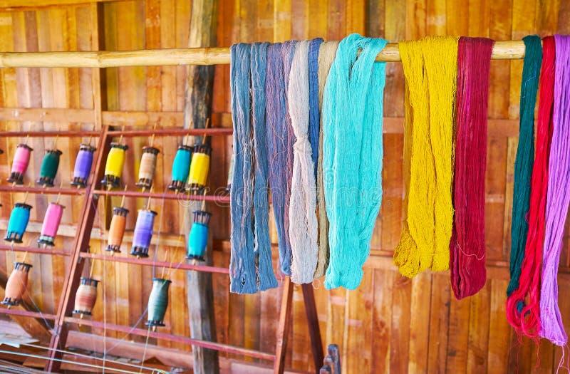 Покрашенная пряжа в мастерской ткани Inpawkhon, озере Inle, Мьянме стоковые фотографии rf