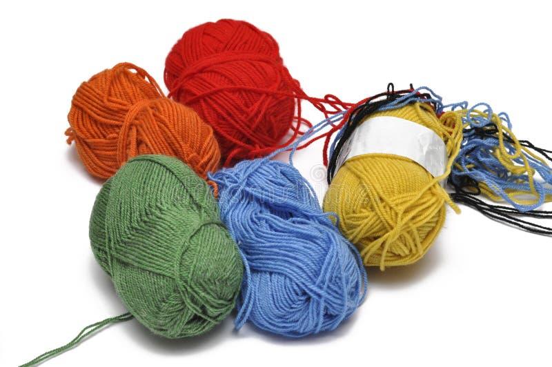 Покрашенная пряжа изолировала на белой предпосылке crochet r стоковая фотография rf