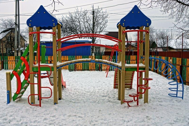 Покрашенная пустая спортивная площадка под снегом на улице стоковая фотография