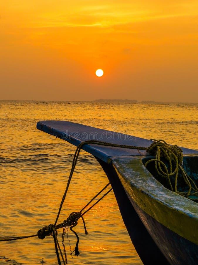 Покрашенная рыбацкая лодка в Мальдивах на заходе солнца стоковые фото