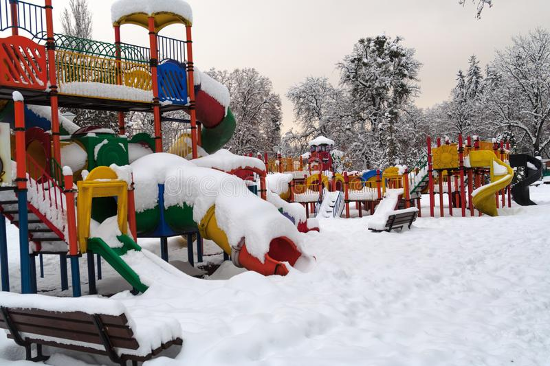Покрашенная спортивная площадка в зиме, взглядах покинула под снегом стоковые фотографии rf