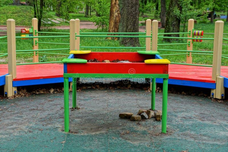 Покрашенная таблица детей стоит на том основании на спортивной площадке стоковое фото
