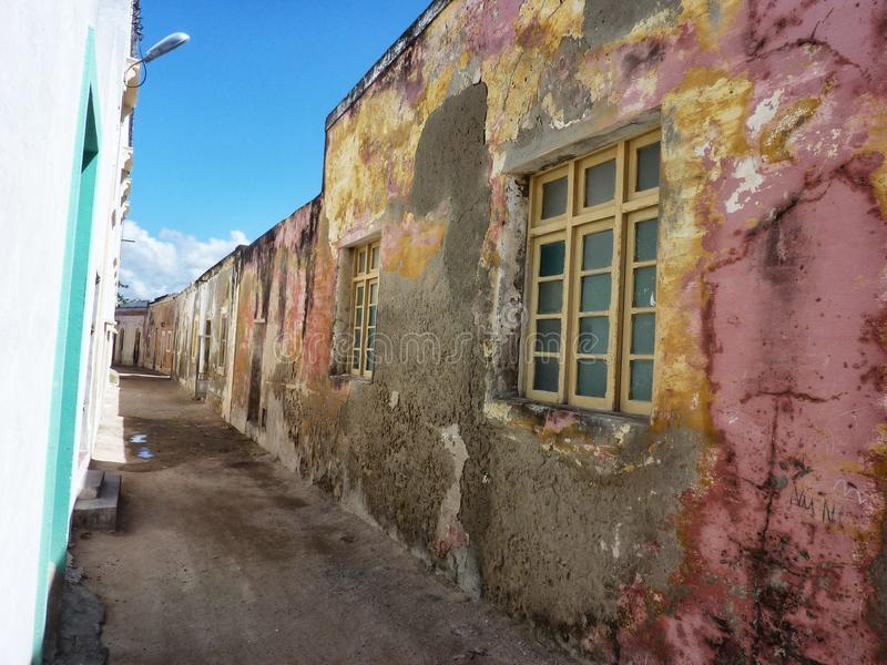 Покрашенная улица на острове Мозамбика, Африки стоковое изображение rf