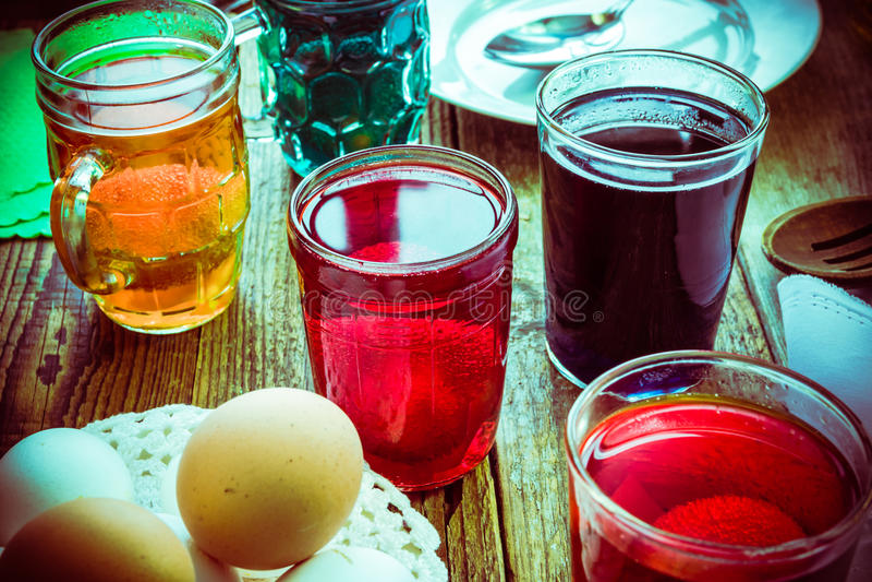 Покрашенная хата деревянного стола яичек сельская стоковое фото